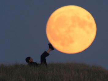 讓我們與 月亮 一同玩耍,神乎其技的 望遠鏡頭 視覺效果