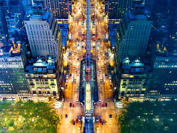 玻璃鏡面反射 紐約 夜景,彷彿置身 超現實 顛倒世界