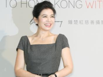 鍾楚紅 慈善攝影展:手持中片幅 哈蘇 相機,拍出對 香港 真摯的愛