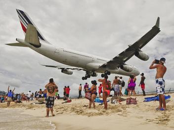 腳踩沙灘、頭頂飛機,到Macho Beach感受近在咫尺的鐵鳥震撼!
