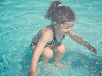 小女孩在水上或水下.........你的答案是?