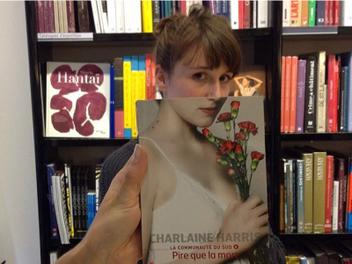 書本還可以這樣玩?書店利用錯位技巧拍攝有趣借位照